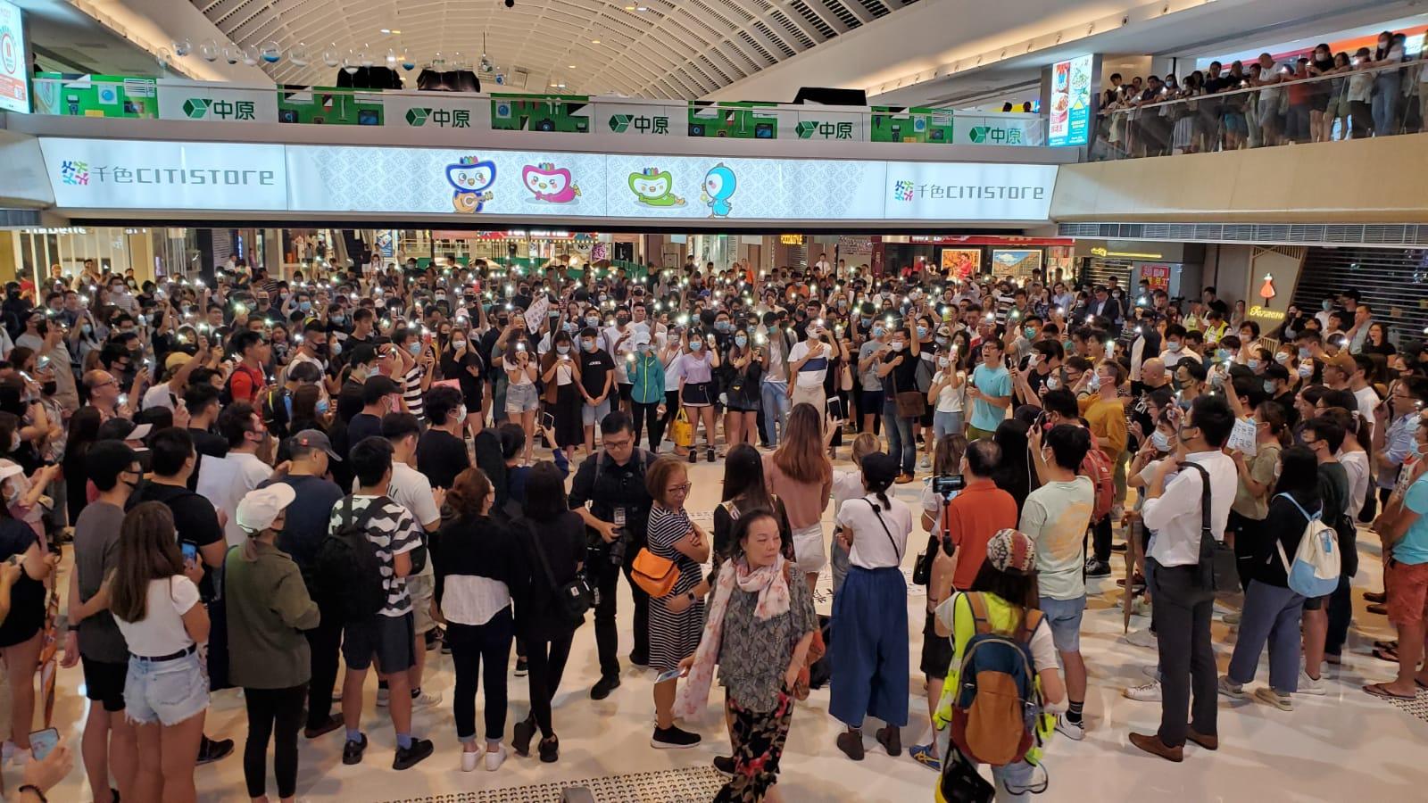 新港城中心一度有數百人聚集聲援被捕職員。