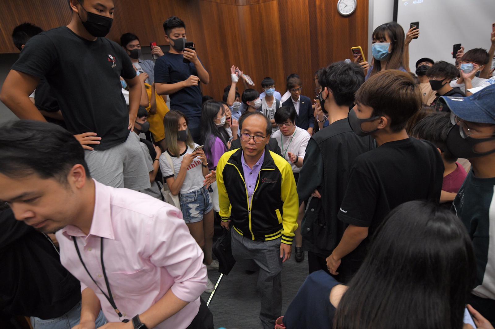 陳偉強(黃色外套者)因發表反示威的評論,昨日被大批學生圍堵指罵。資料圖片