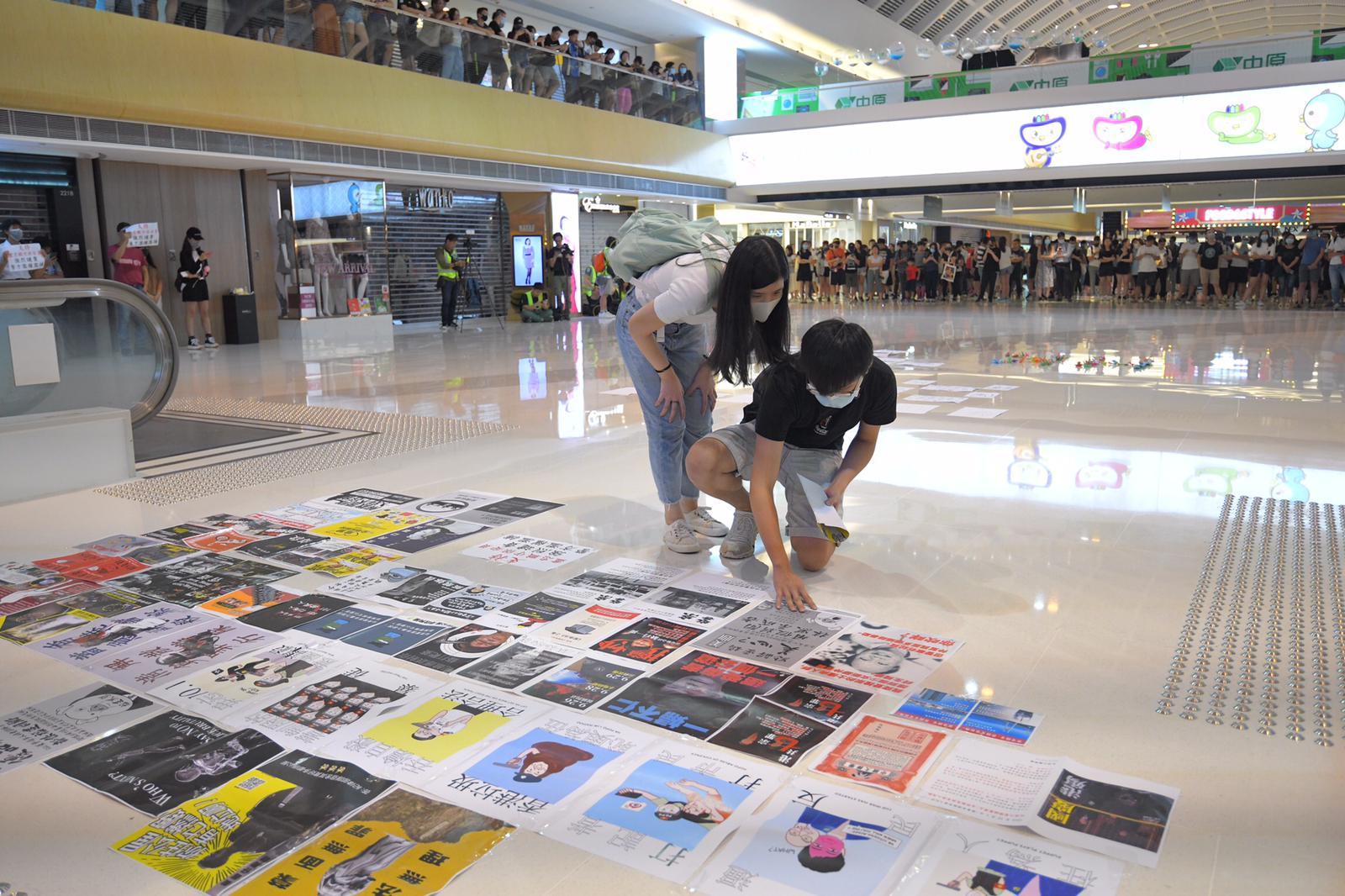 新港城人士張貼文宣及宣傳品聲援被捕職員。