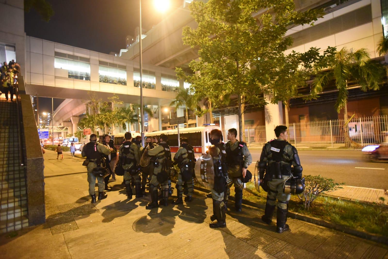 防暴警察較早前到新港城中心調查。
