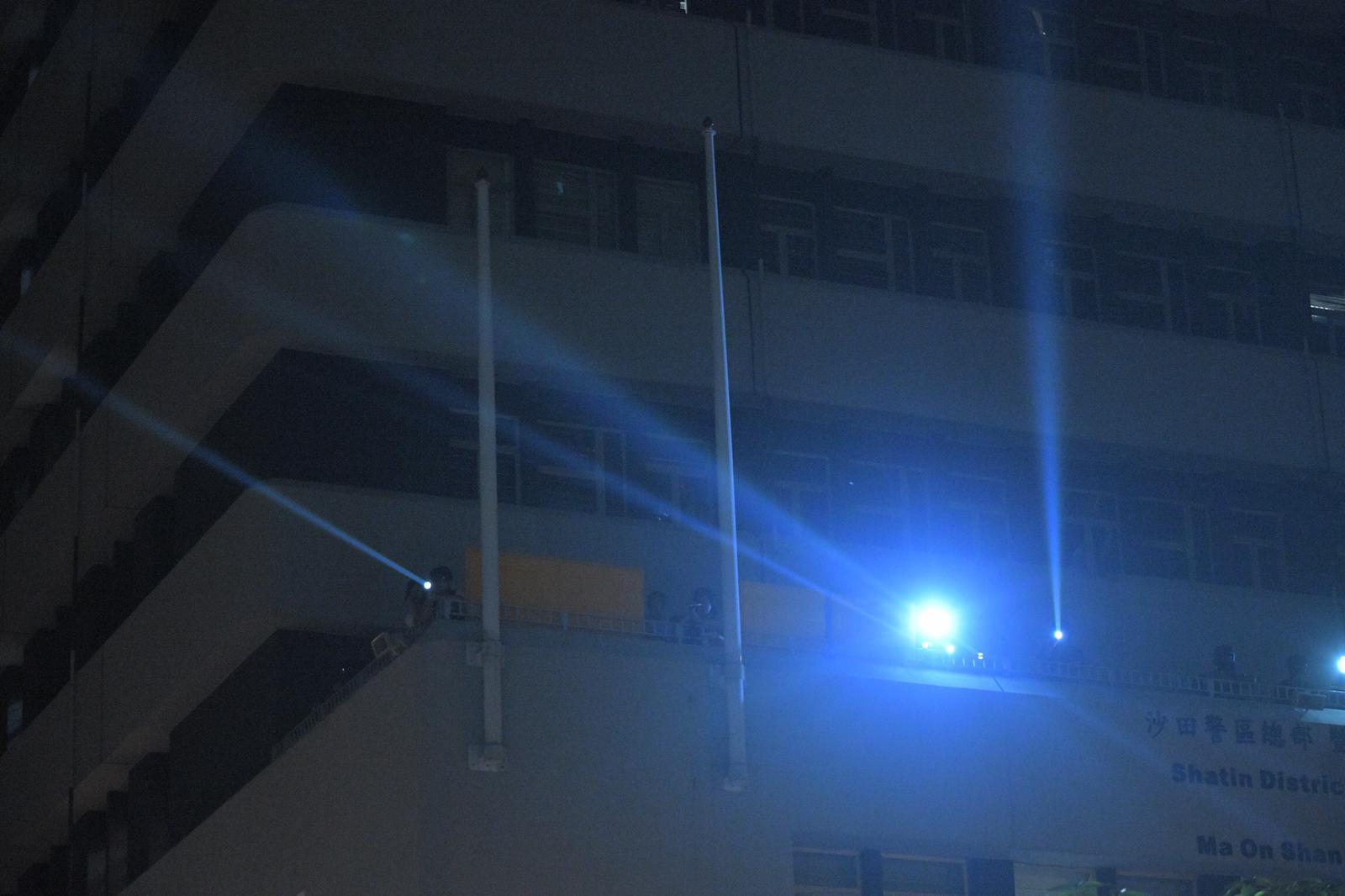 防暴警察強光照射人群