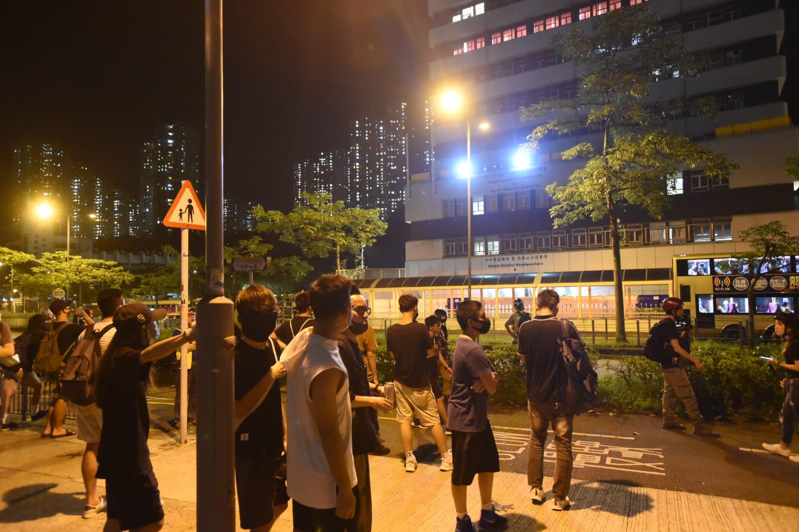 馬鞍山警署外有人群聚集。