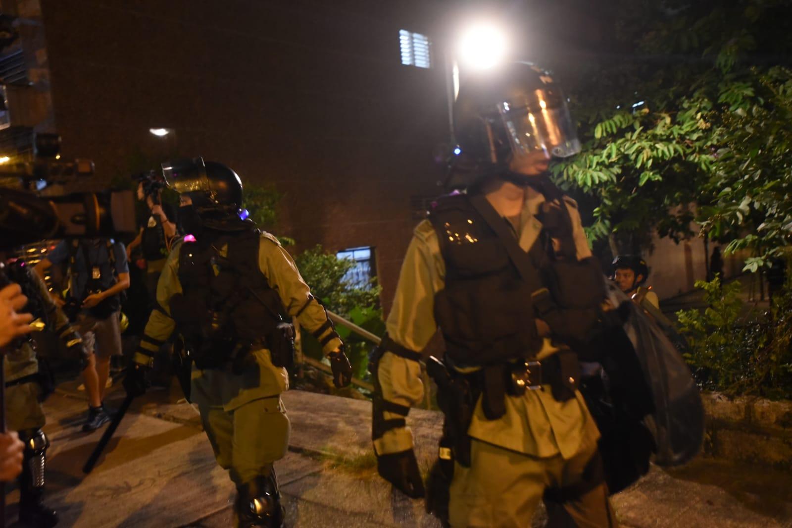 防暴警察驅趕人群