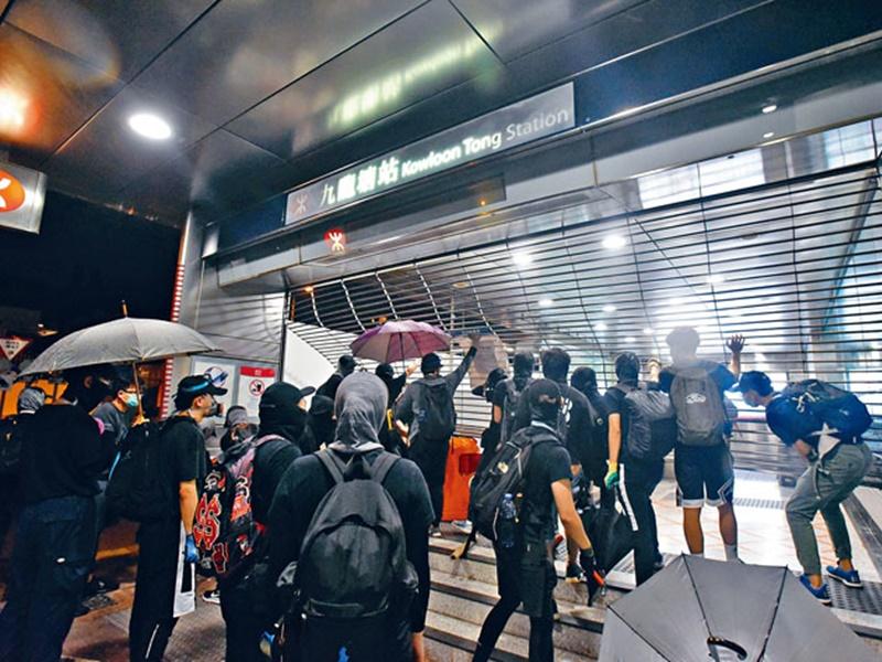 示威者連日來不斷砸毀港鐵。資料圖片