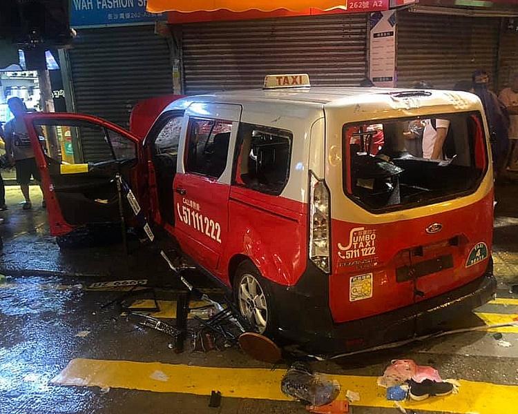 當晚的士司機剷上行人路撞傷兩人。資料圖片