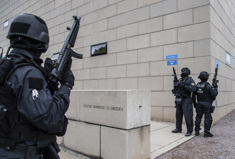 德國東部槍擊案或涉極端右翼,警方在案發後到場調查。AP