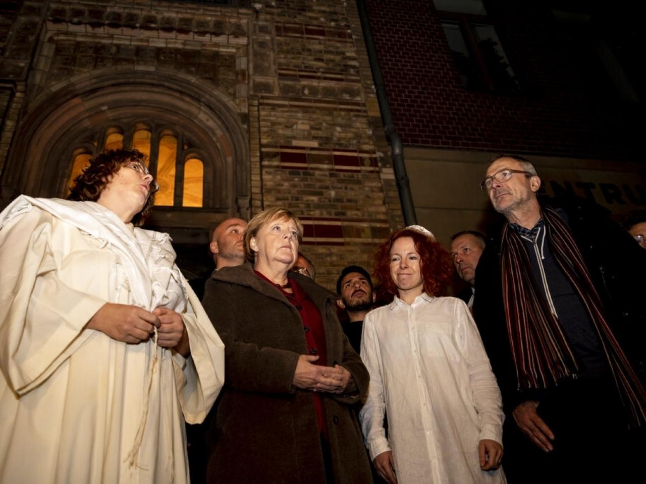 德國哈雷發生槍擊案,釀兩死,默克爾到猶太會堂出席為受害者舉行的祈禱會。AP