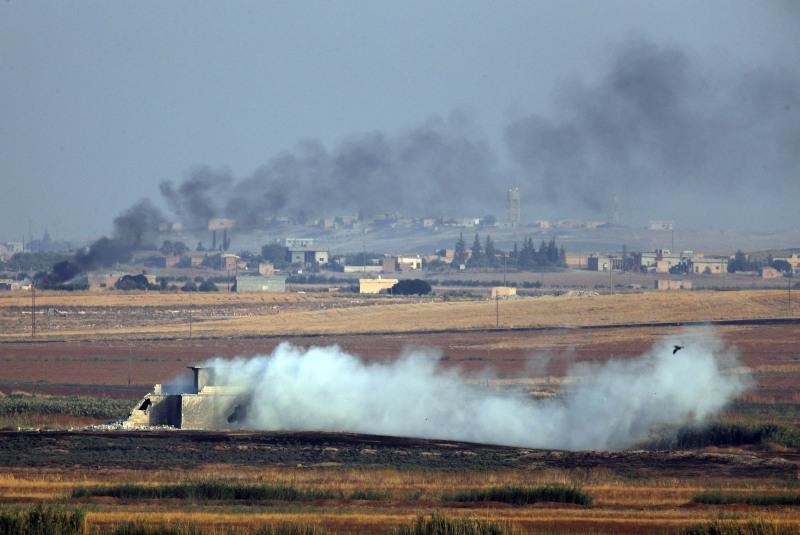 位於土耳其和敘利亞邊界,土耳其部隊轟炸期間敘利亞內部目標冒出濃煙。AP