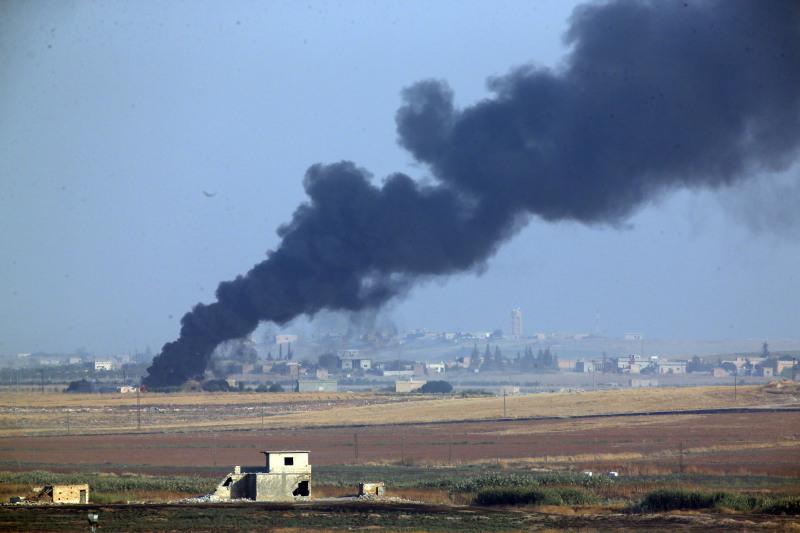 土耳其部隊轟炸期間敘利亞內部的一場大火冒出滾滾濃煙。AP