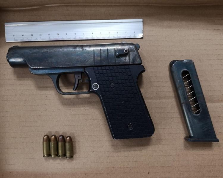 車上一枝手槍及4發子彈。警方提供