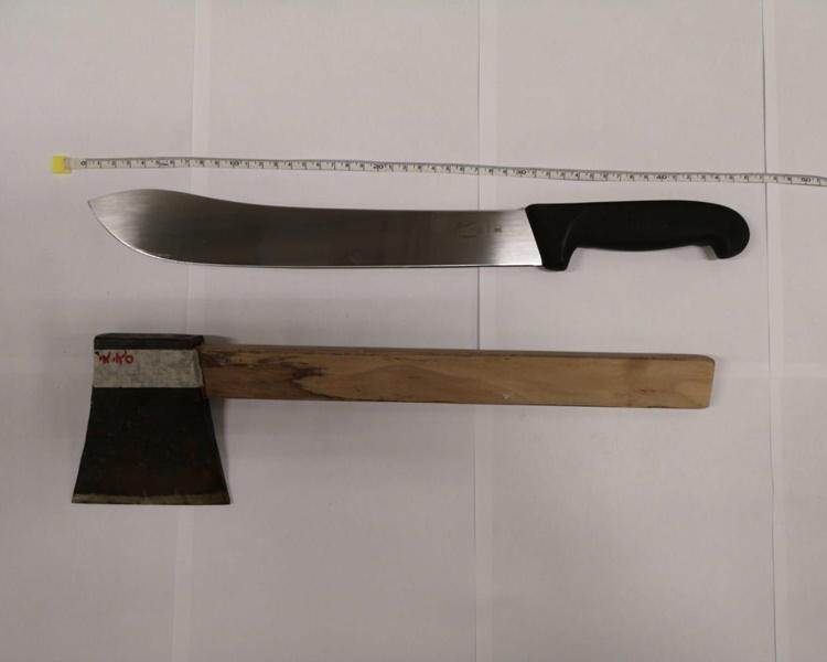 車上發現一把斧頭,一枝鐵通。警方提供