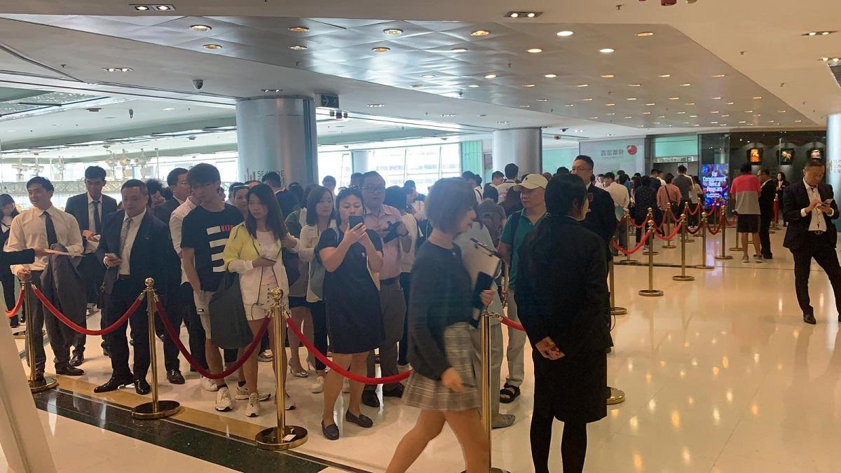 大批市民排隊待參觀示範單位。