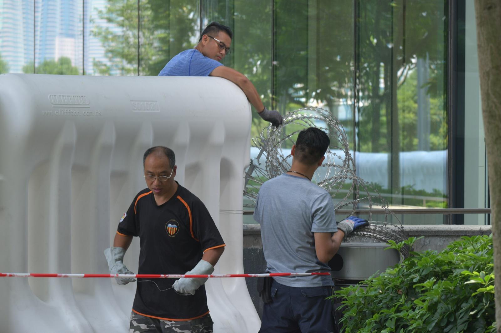 有工人加設鐵絲網。