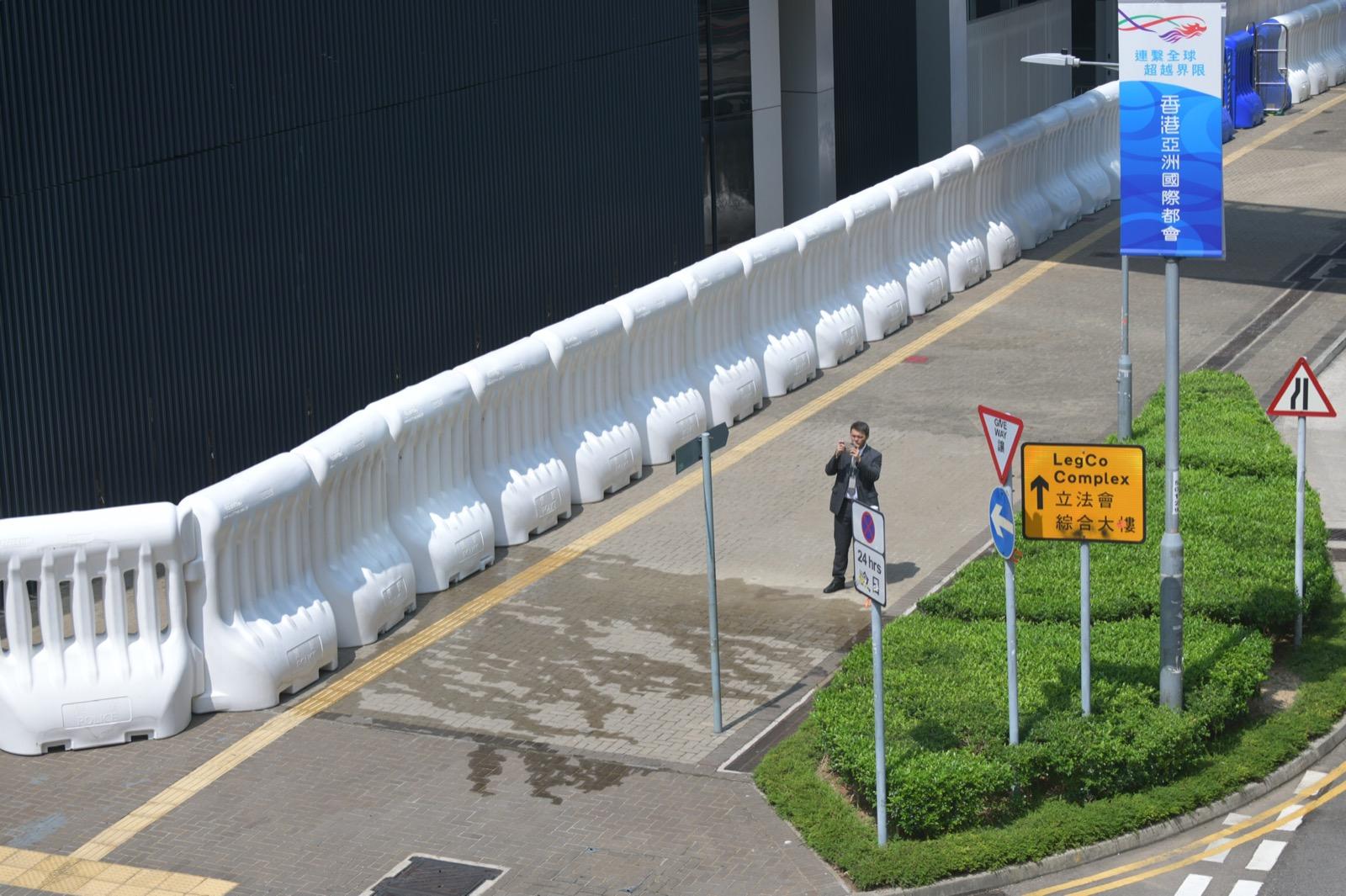 立法會外架設大型水馬以防示威衝擊。
