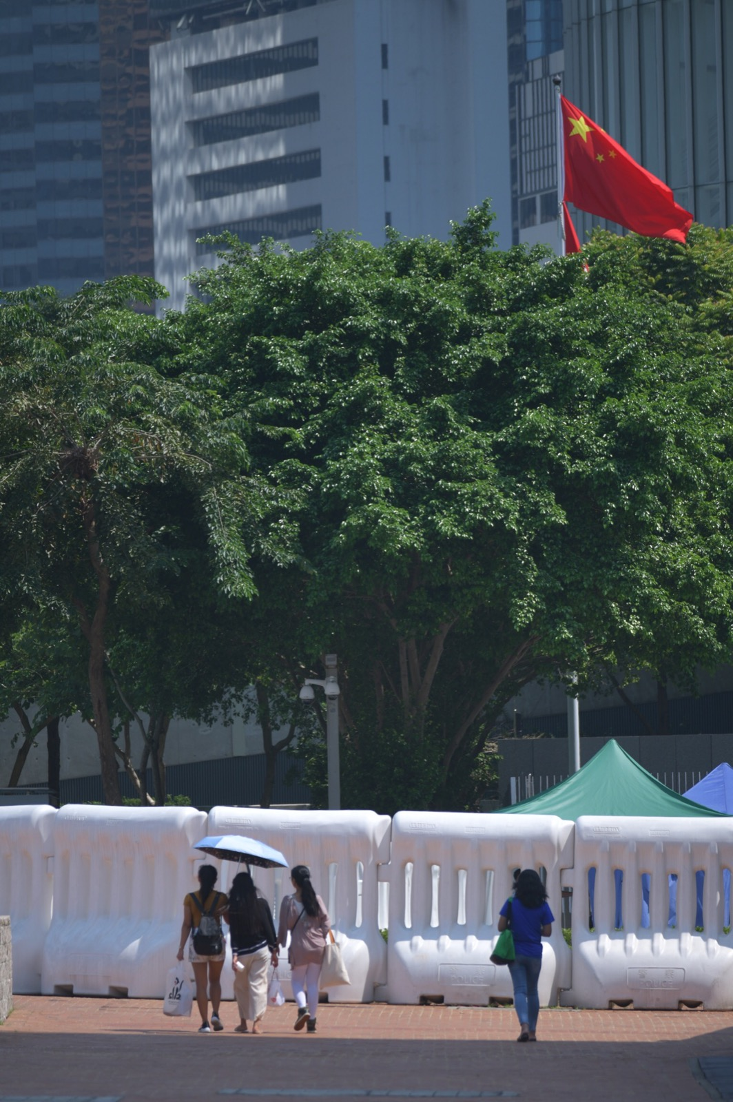 水馬包圍立法會大樓。