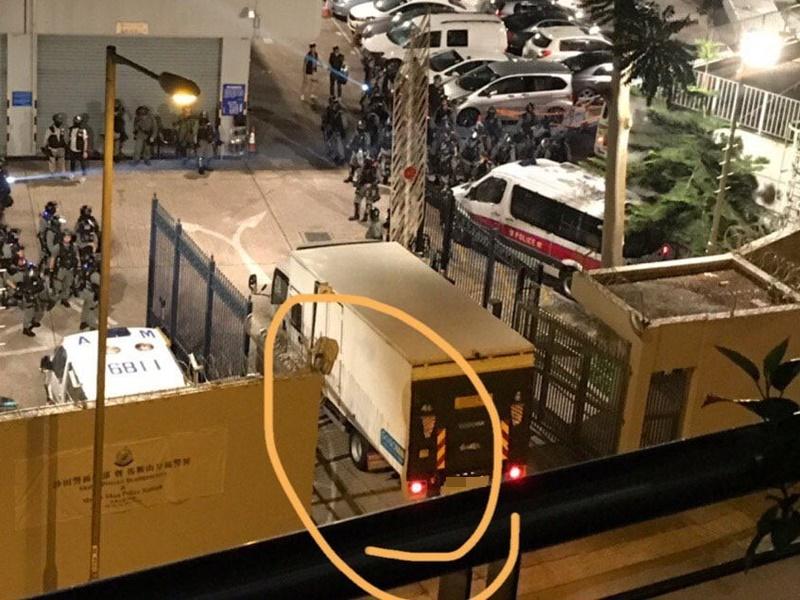 有網民拍影到貼有疑似GOGOVAN貼紙的貨車接載警員。網圖