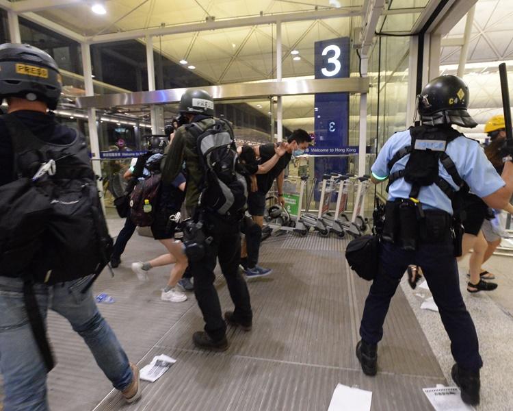 防暴警當晚在機場驅散人群。資料圖片