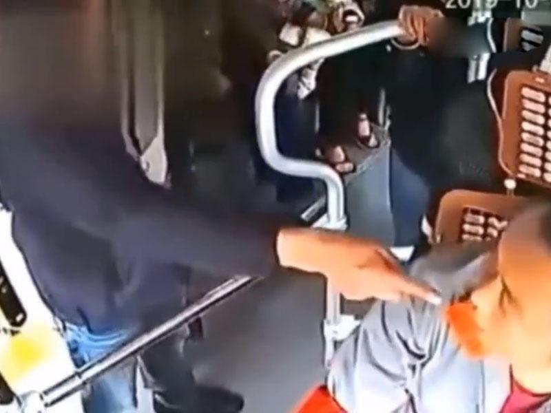 男子指着司機破口大罵,甚至揮拳相向。(網圖)