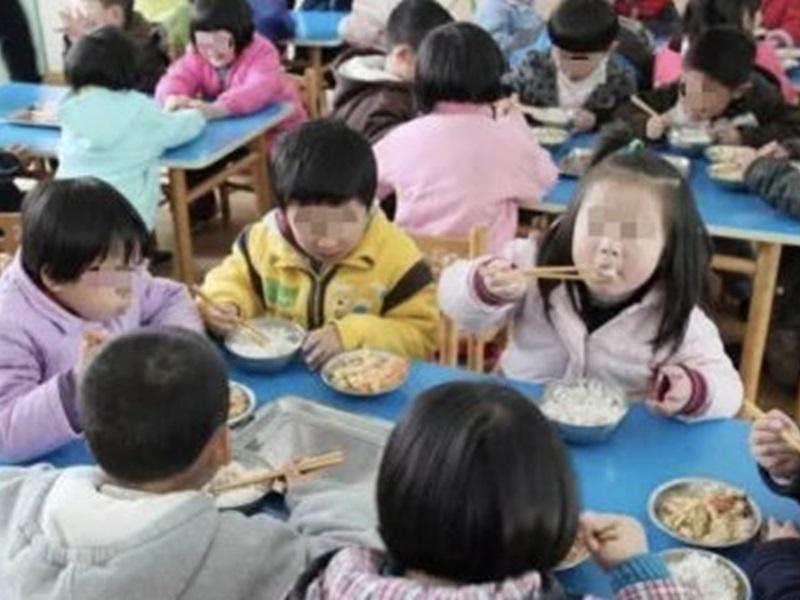 幼稚園老師嫌小朋友吃飯慢要去廁所食,教育局:孩子自願。網圖