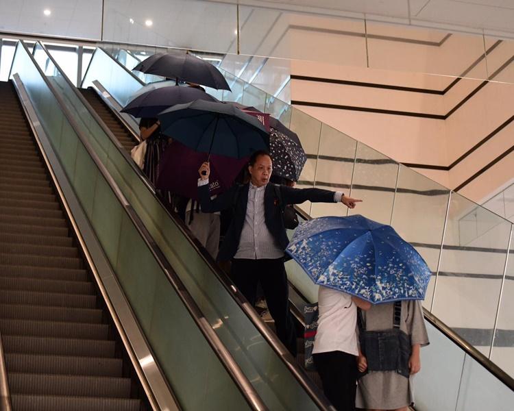 3名被告其後在雨傘及友人保護下離開法院。