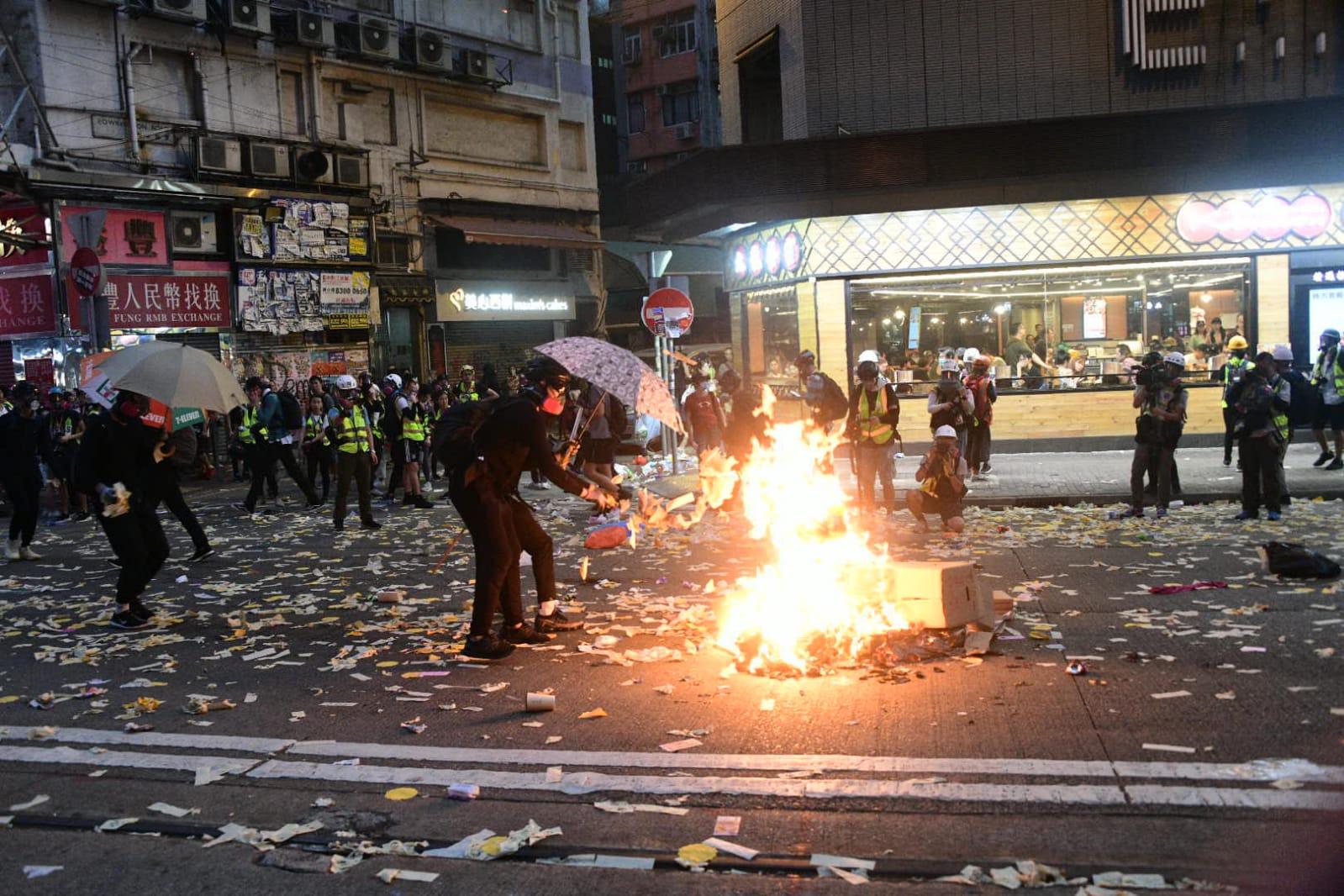 示威現場遺留大量垃圾。資料圖片