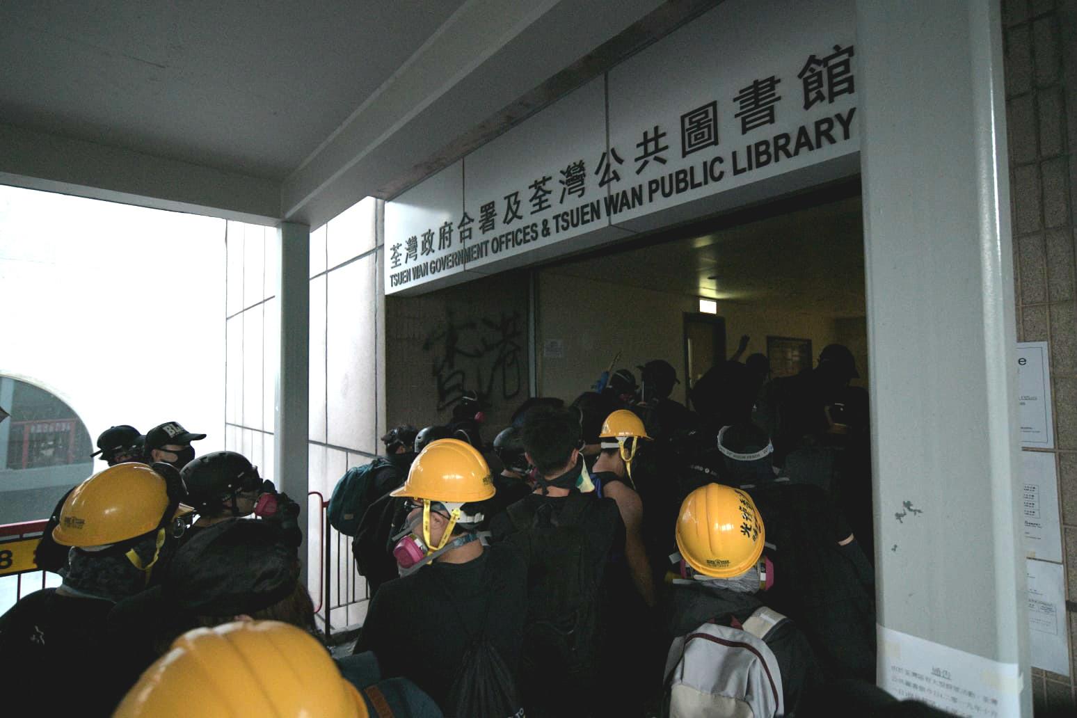 示威者破壞政府設施。資料圖片