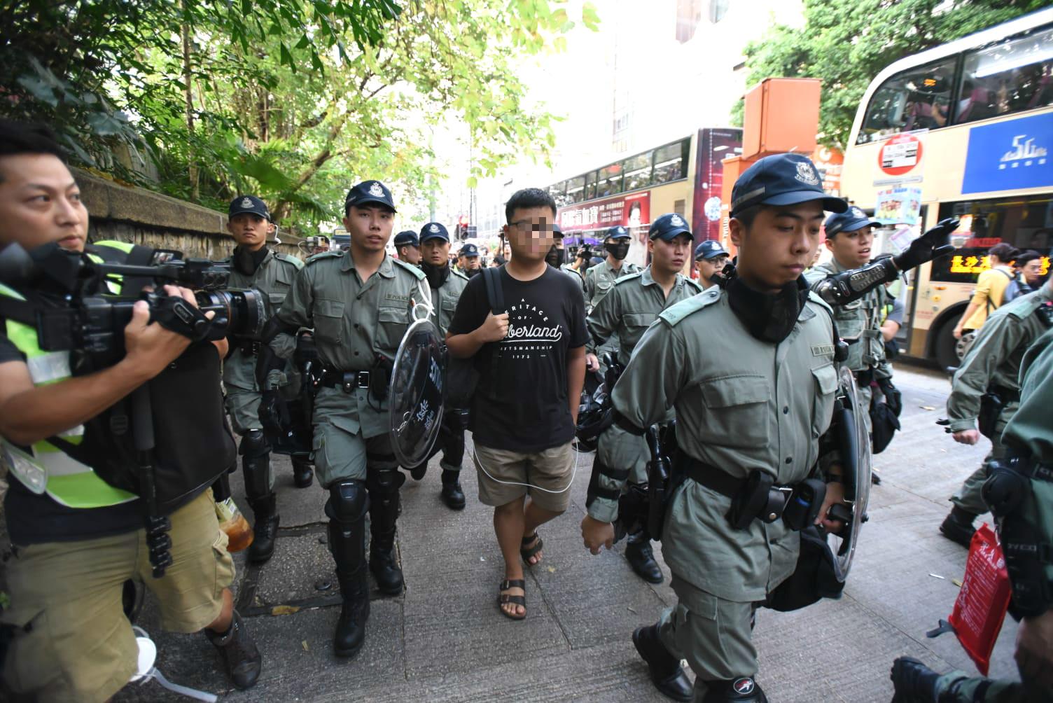 防暴警察帶走男子