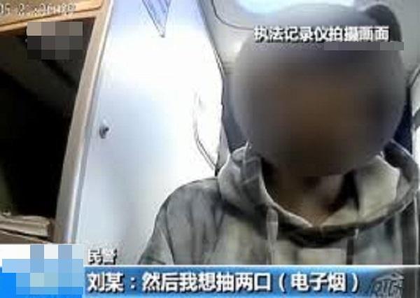 不敵煙癮於機艙吸食電子煙,無知兩男乘客誤認進入跑道後可吸煙。網圖