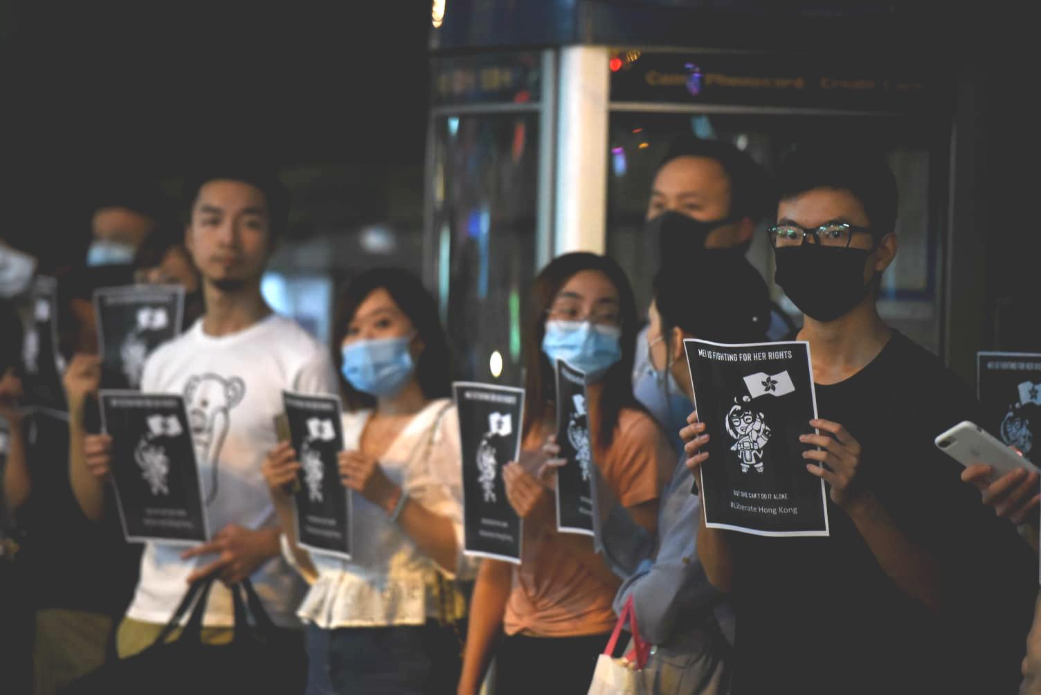 黑衣口罩人士尖沙嘴抗議聲援女示威者。