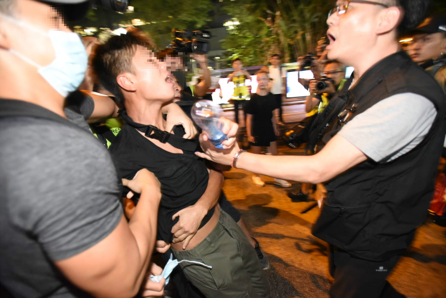 警員與被截查男子爆發推撞。