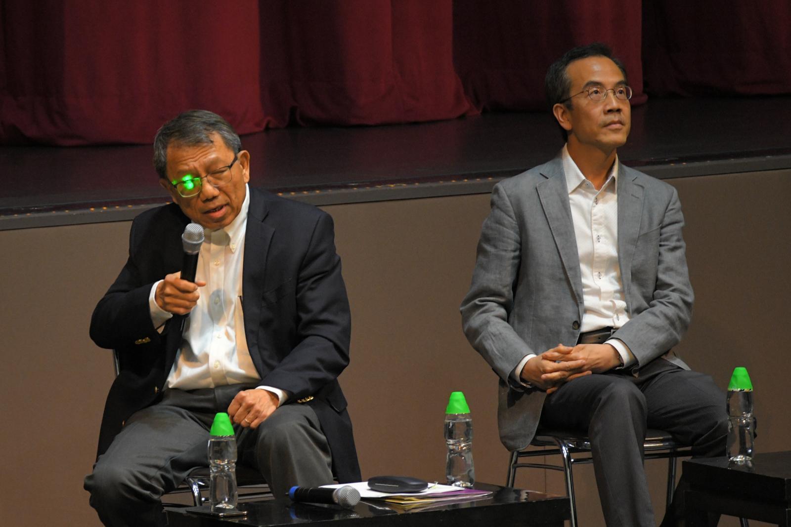 中大校長段崇智(左)被人鐳射光照射。