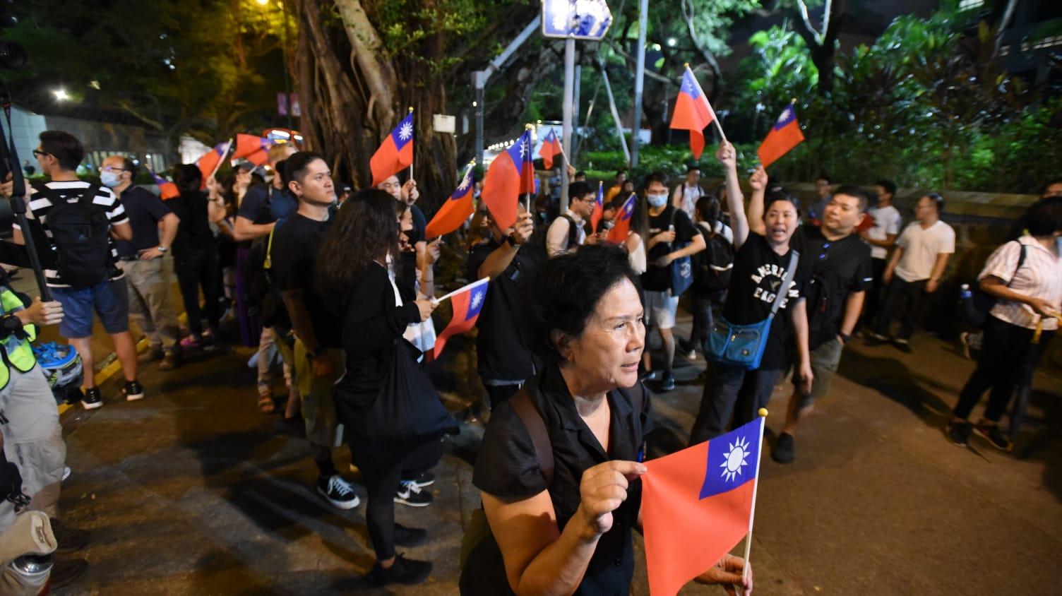 示威者揮動「青天白日滿地紅旗」。