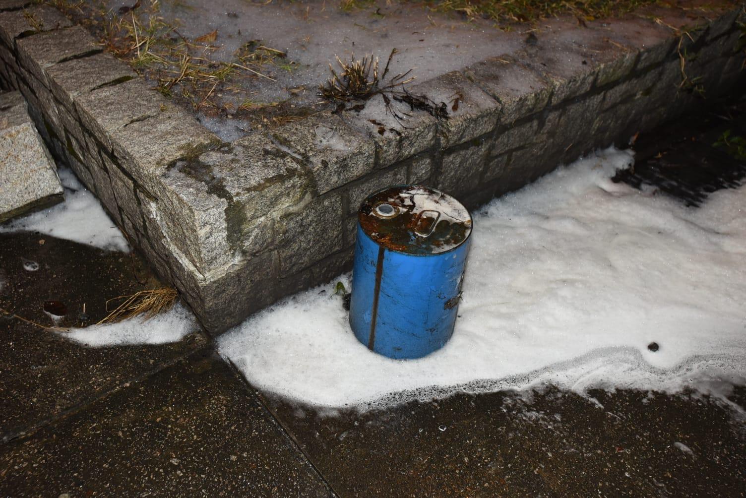 現場遺下一個電油桶。