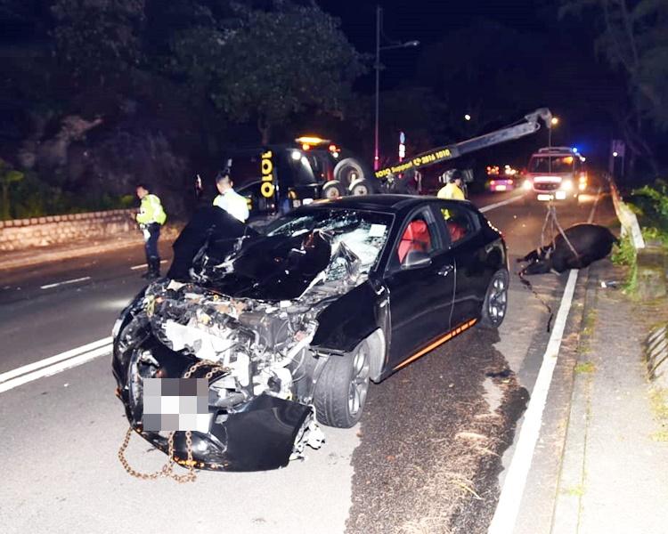 私家車車頭嚴重損毀。