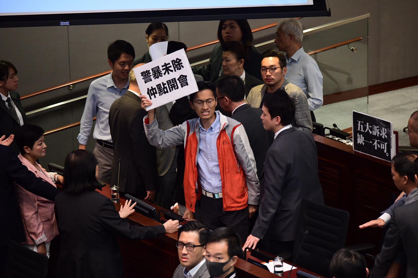 土地正義聯盟朱凱廸(紅背心)帶同標語出席。