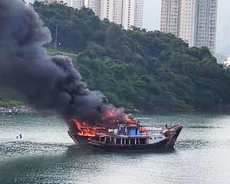 漁船起火火勢猛烈。圖:香港漁民 - 我們都是水上人家