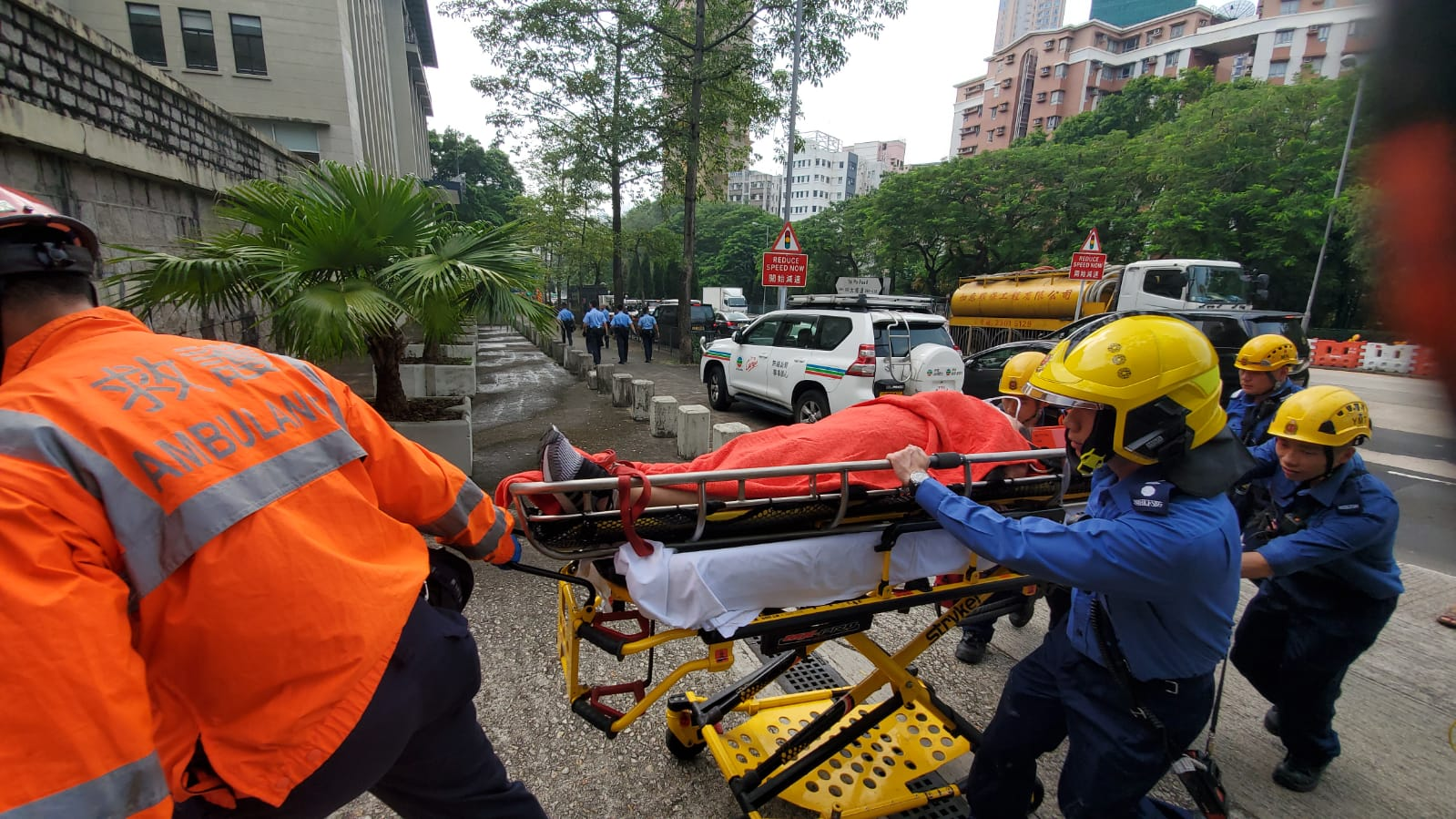 救護員將傷者抬下山送院。歐陽偉光攝