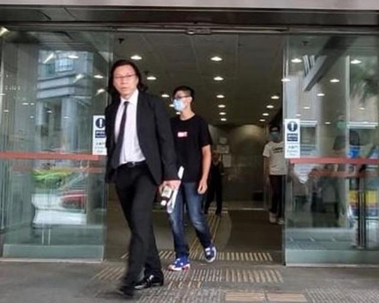 被告莊浩峰離開法院(戴口罩者)。