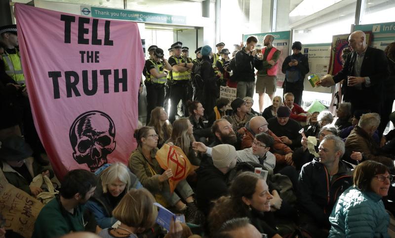 参与「反抗灭绝」行动的有环保人士试图佔领伦敦城市机场。