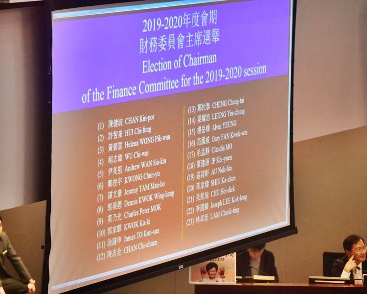 由於有23人競逐主席,今日會議未能選出正副主席。
