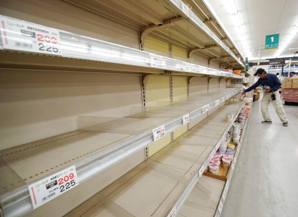 日本民眾嚴陣以待。AP圖片