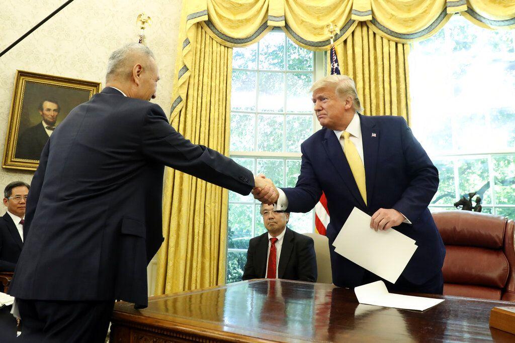 特朗普在白宮接見中國國務院副總理劉鶴。AP