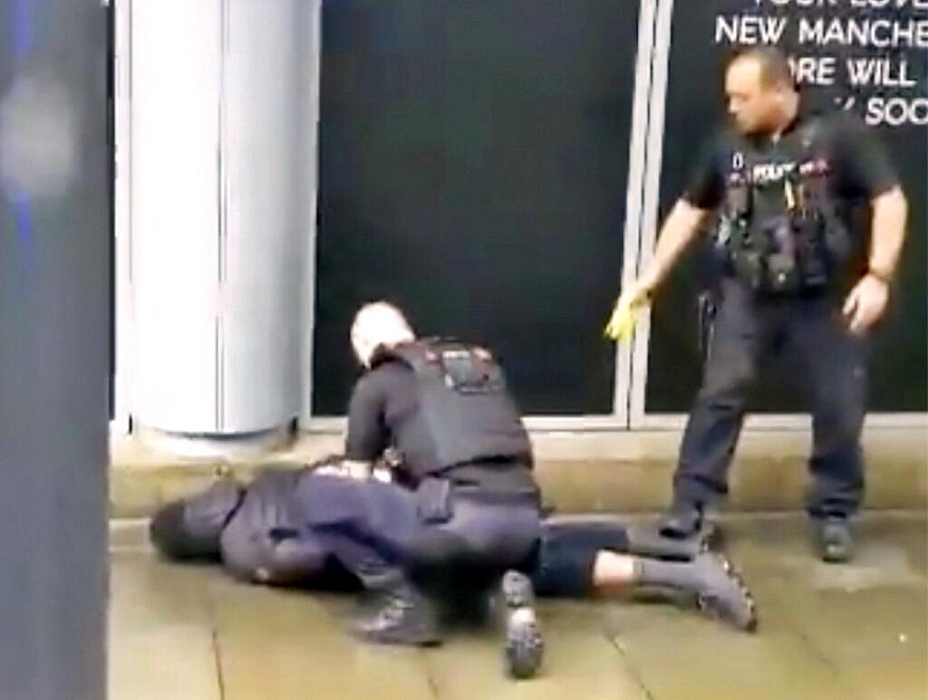 警方制服疑犯。网图