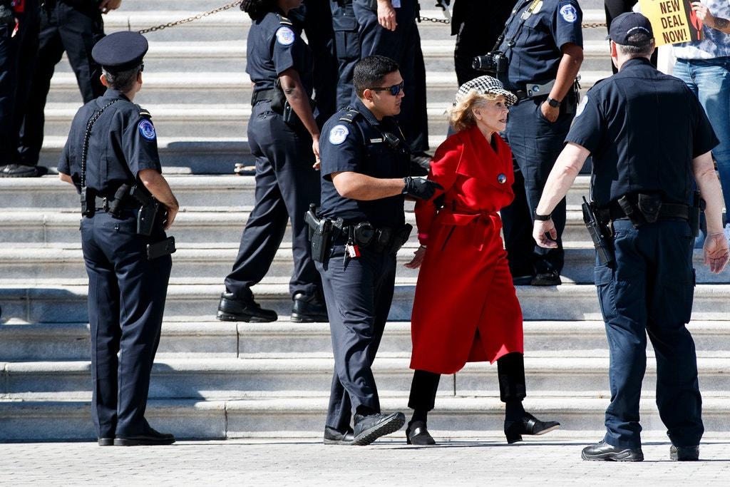 珍芳達身穿紅色大衣,戴上冷帽,表現冷靜。