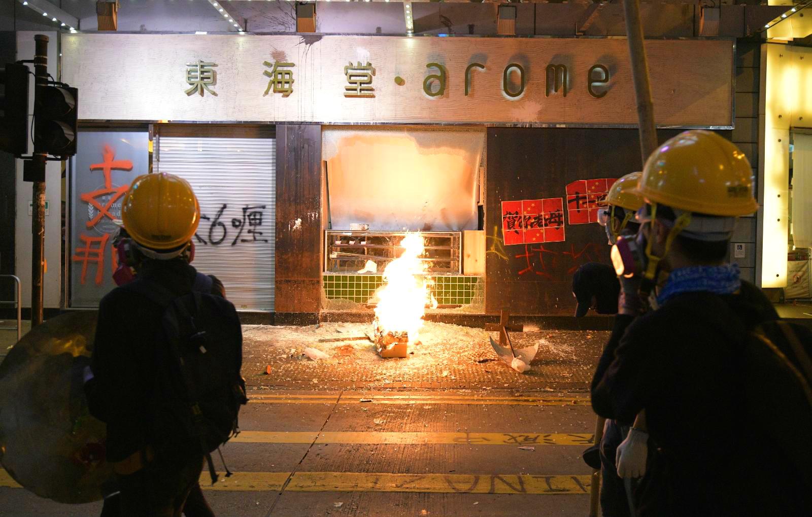 美心集團旗下商戶遭到示威者大肆破壞。資料圖片