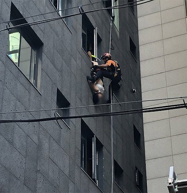 女事主身體倒掛窗外。網圖