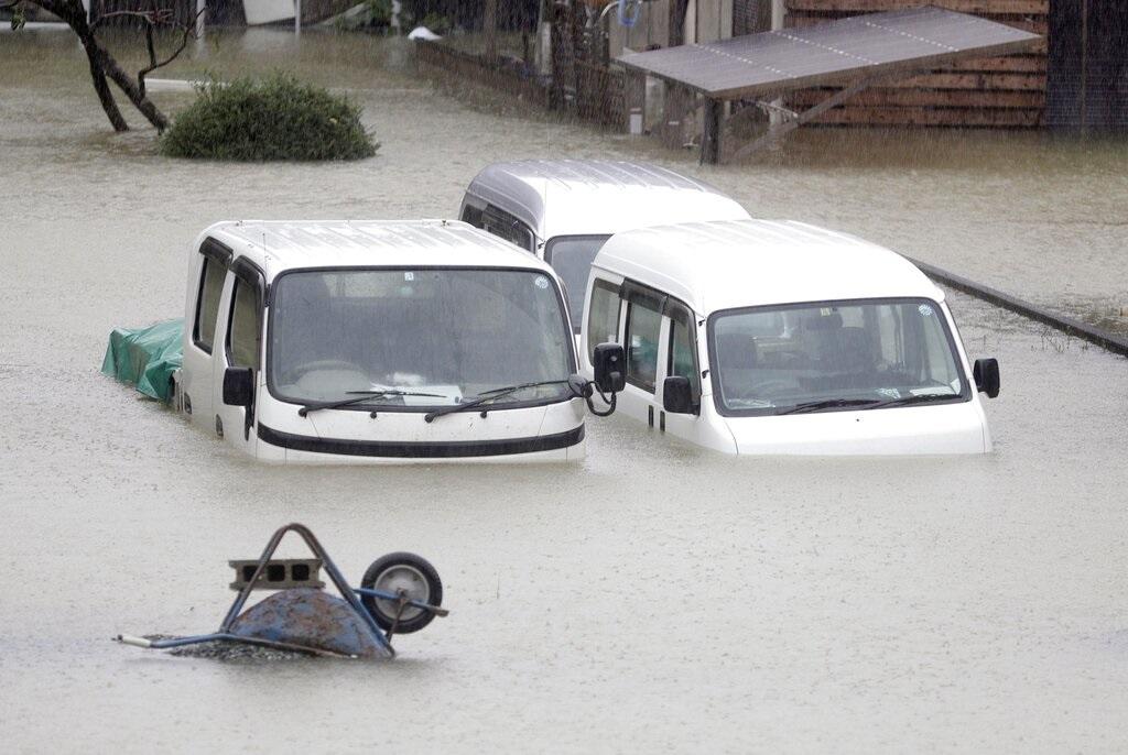 日本三重縣伊勢市有汽車被淹沒。AP圖片