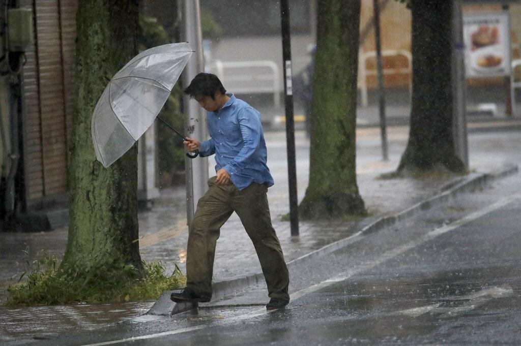 日本靜岡縣濱松市狂風大雨。AP圖片
