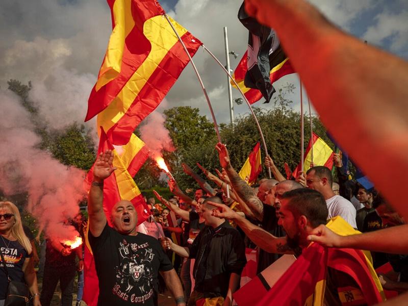 西班牙萬人上街反對加泰隆尼亞獨立。AP