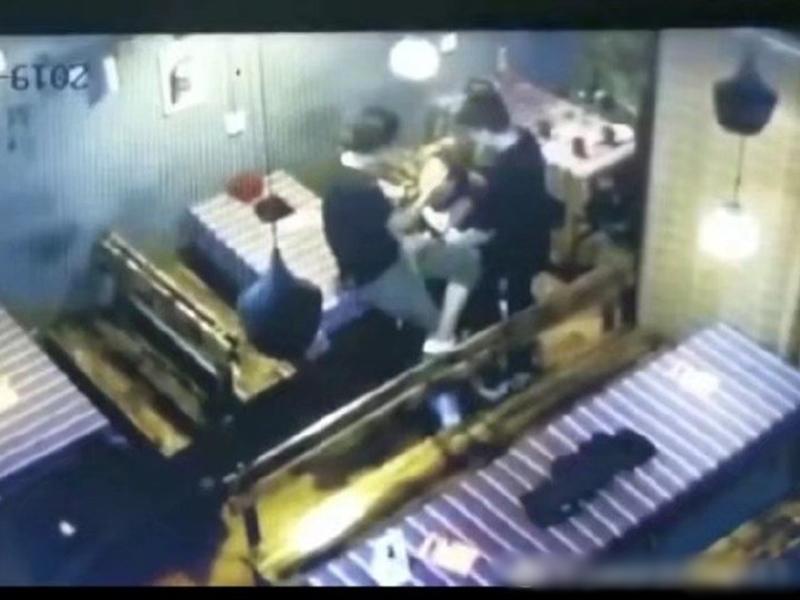 閉路電視片段顯示,一名男子用右手扇打疑似李心草的女子兩次。影片截圖